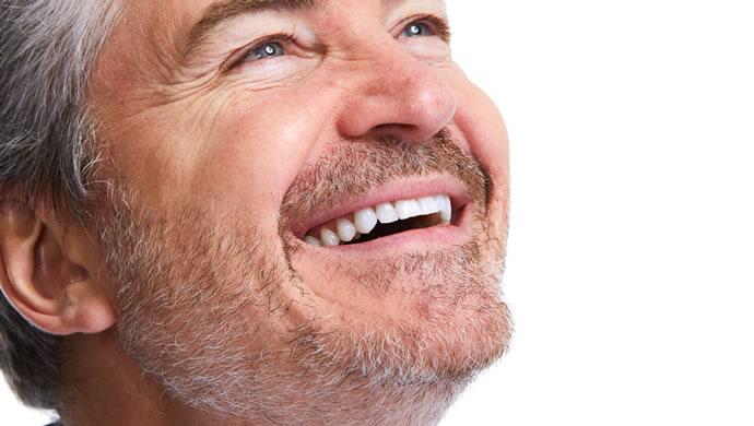 Sourire blanchiment des dents par laser pour les hommes aussi